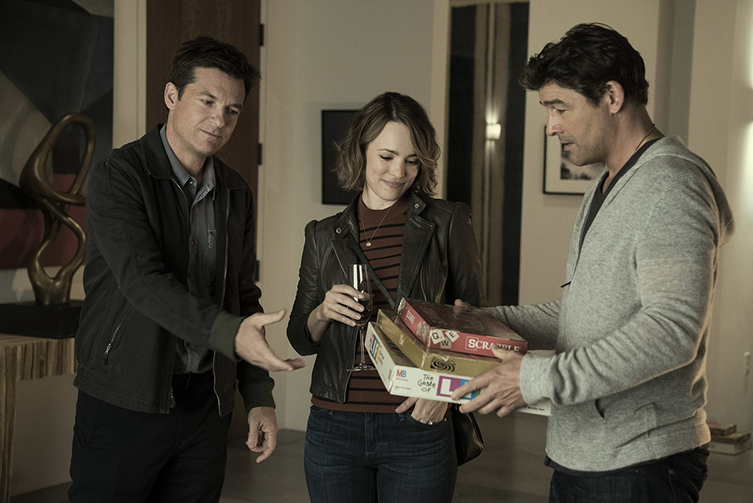 'Game Night' is a fun romp that is willing to sacrifice its story to win laughs