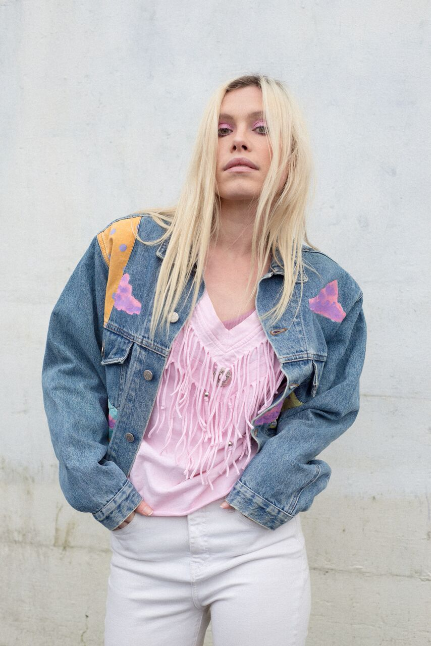 """PREMIERE: Emily Rowed delivers double the goodness with """"Pinball"""" & """"Hey Love"""""""