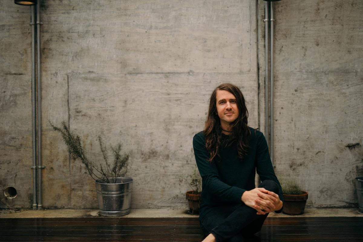 """Derek Sanders (Mayday Parade) announces solo EP + drops cover of Jimmy Eat World's """"A Praise Chorus"""""""